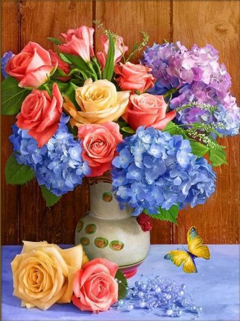 Букет из роз и пышных гортензий